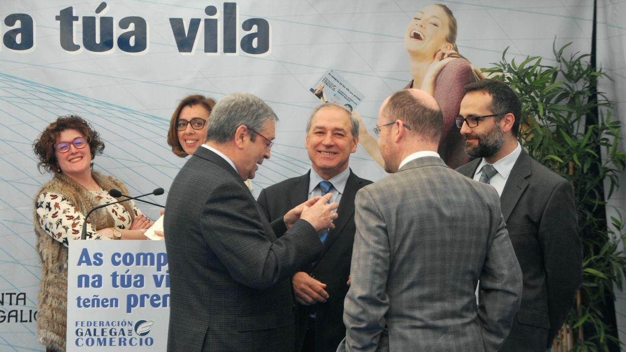 El alcalde, en el centro, en un acto del CCU, una de las asociaciones que podrán recibir las ayudas