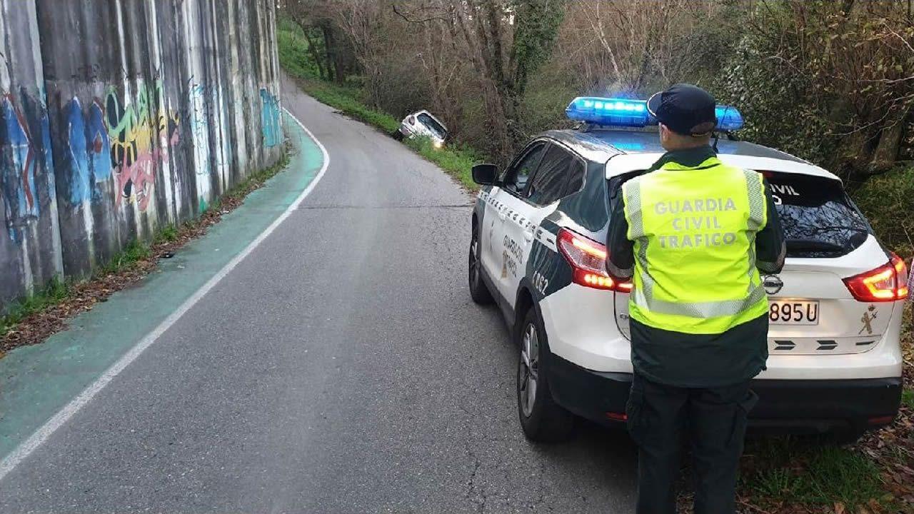 Un vecino de Chapela espera ayer ante una marquesina la llegada del autobús de Vitrasa que le traslada hasta Vigo.