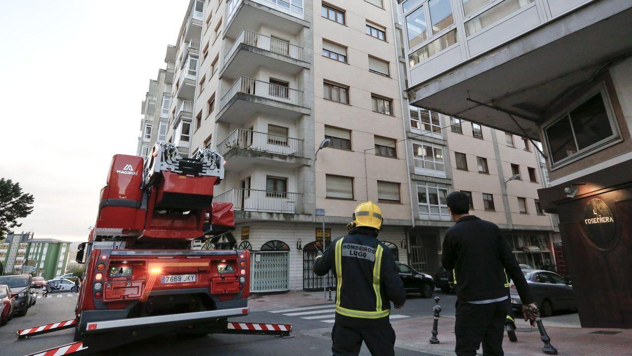 Foto de archivo de una actuación de los bomberos en un edificio en el centro de Lugo