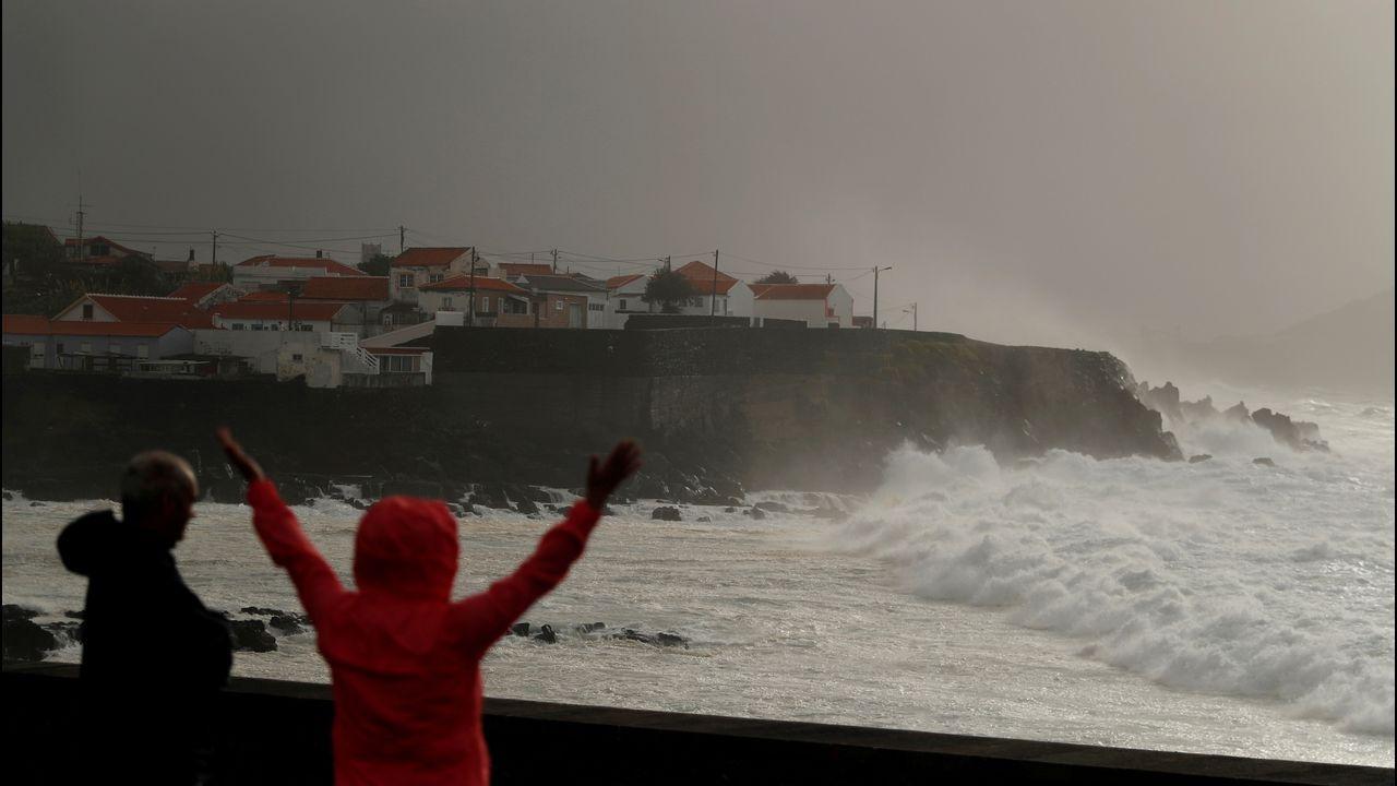Vientos y un fuerte oleaje batieron este martes las costas de las Azores. En la imagen, la isla de Pico