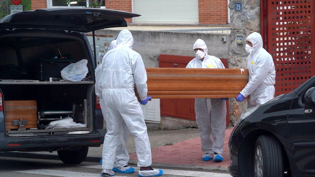 Varios operarios realizan el traslado de cadáveres de la residencia geriátrica «Los Peñascales», en Torrelodones (Madrid)