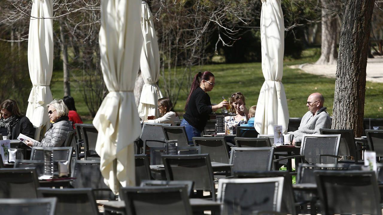 Según la asociación de hosteleros, en estos momentos lo que más precisa el sector son camareros.Un soldador en una industria asturiana
