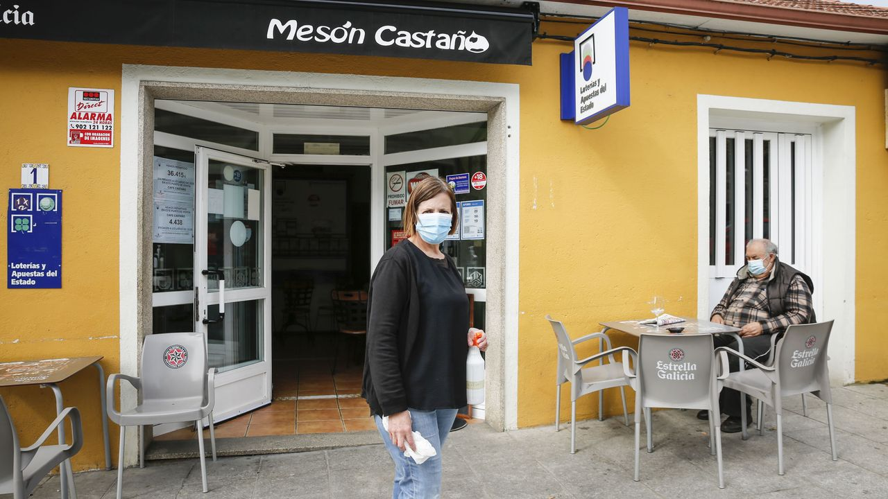 El cribado en Vilardevós concluyó con un 74,3 % de participación.Clara García, la propietaria del Mesón Castaño, atendía ayer en el exterior del local