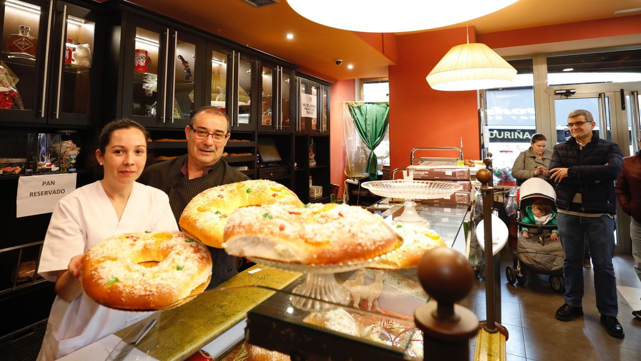 «Véndense sós». Francisco Chao, de Casa Chao, posa con algunos de los productos gourmet producidos en A Mariña que mejor aceptación tienen entre el público