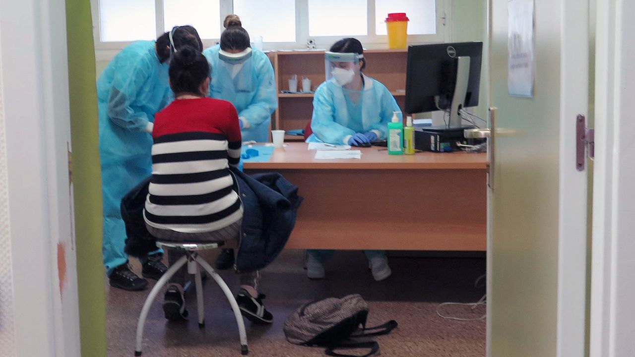 Un paciente se somete al estudio de seroprevalencia del coronavirus, en el centro de salud de El Cristo