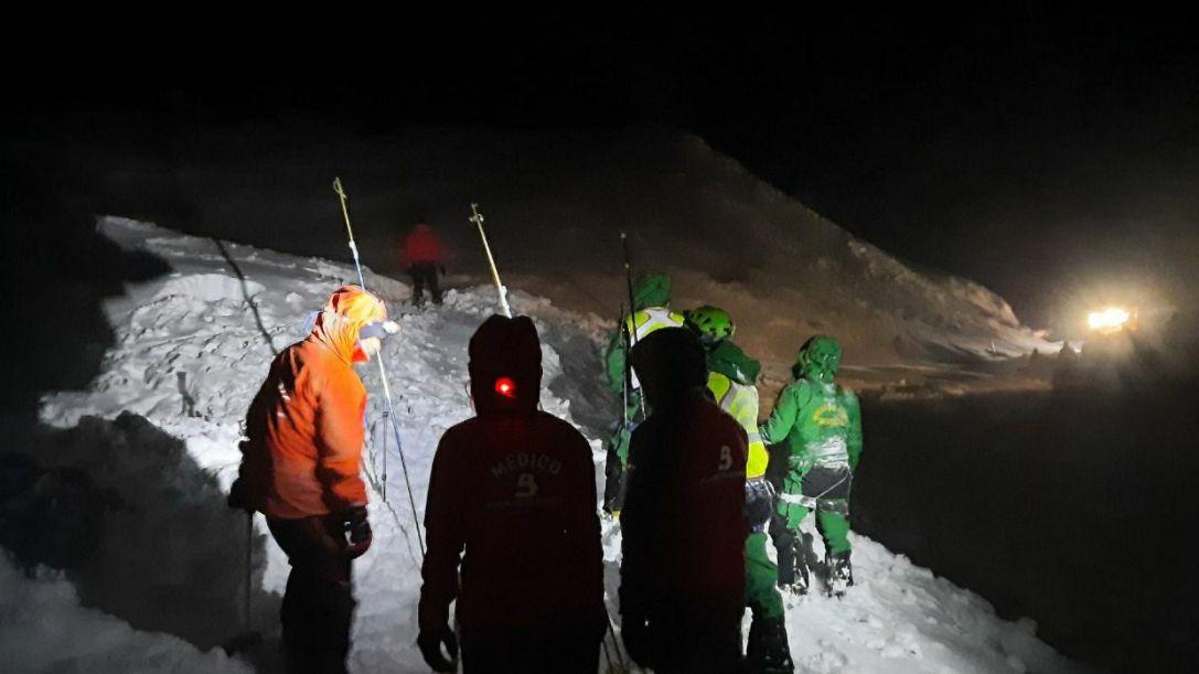 La Guardia Civil busca a un operario sepultado por un alud de nieve.Búsqueda de Vega