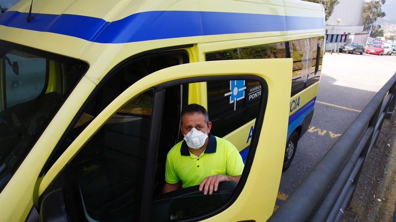 Miembros de la UME desinfectado la entrada del Hospital Provincial de Pontevedra, el pasado martes