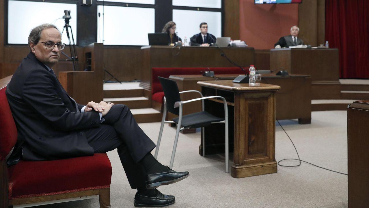El presidente de la Generalitat, Quim Torra, y el expresidente Carles Puigdemont (por videoconferencia), durante una reunión de la dirección de JxCat para determinar el posicionamiento del partido de cara a la investidura de Pedro Sánchez