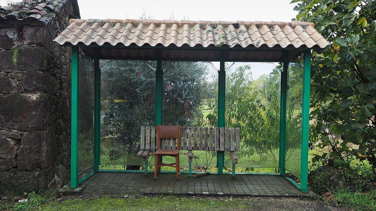 Si el banco original se deteriora, nada como una silla para sustituirlo, como se ve en esta imagen tomada en Ermedelo