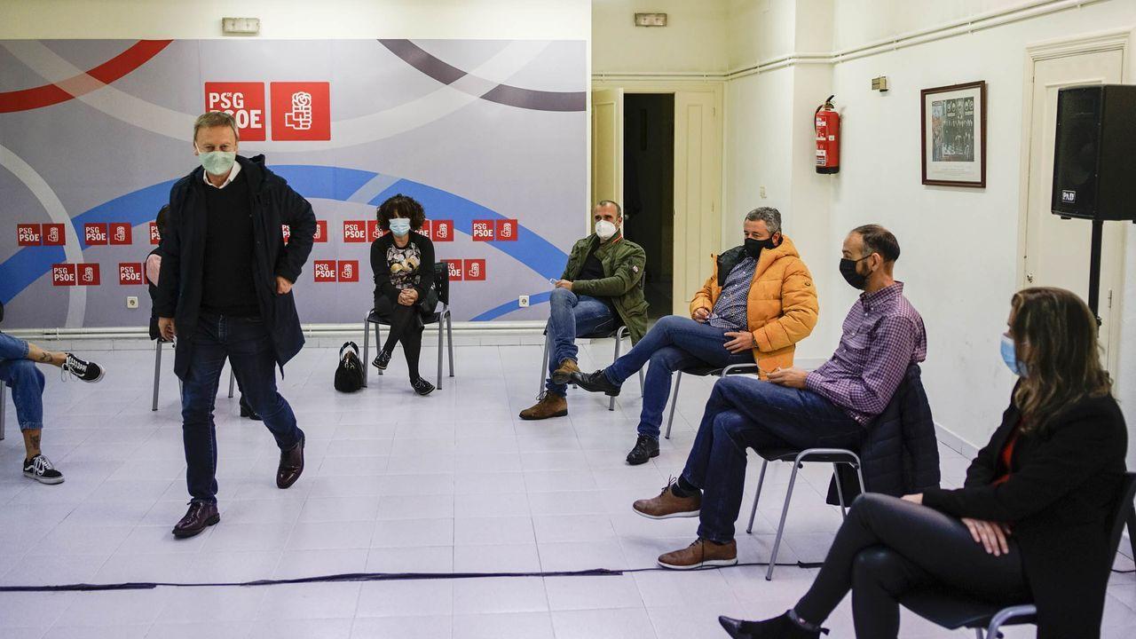 Villarino llega a la reunión ante la mirada de varios concejales socialistas