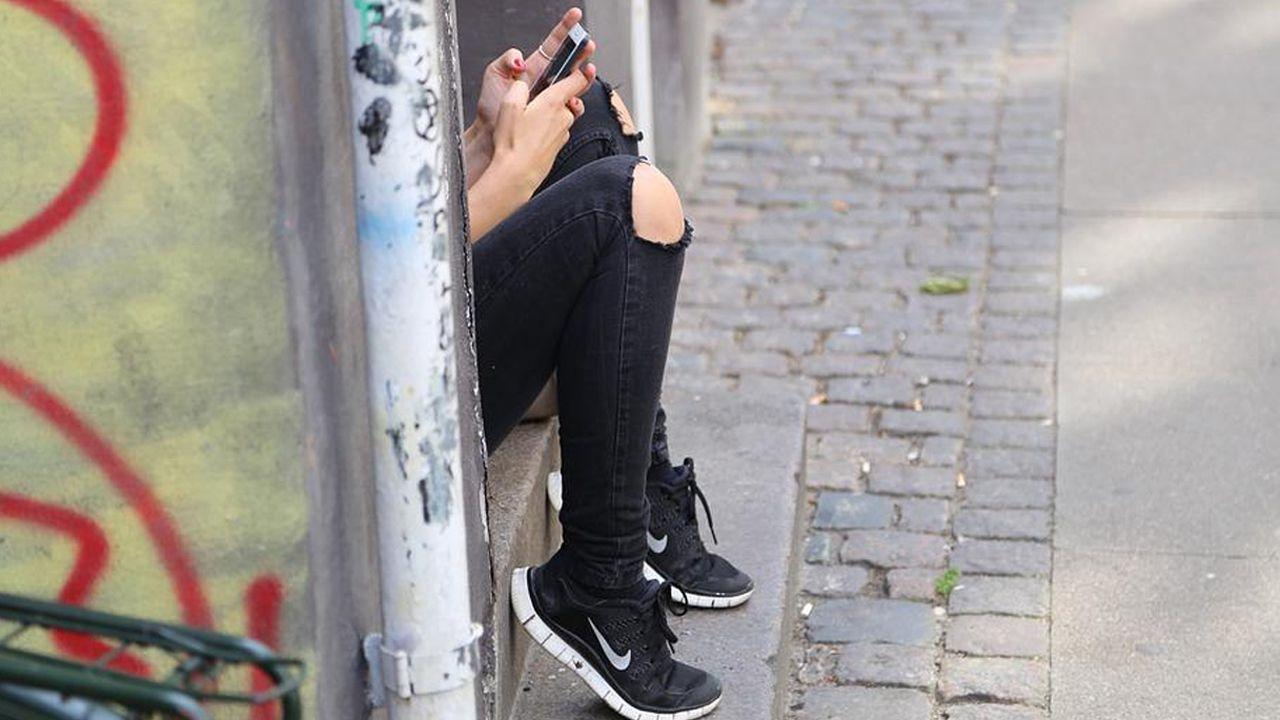 Una joven ojeando el móvil