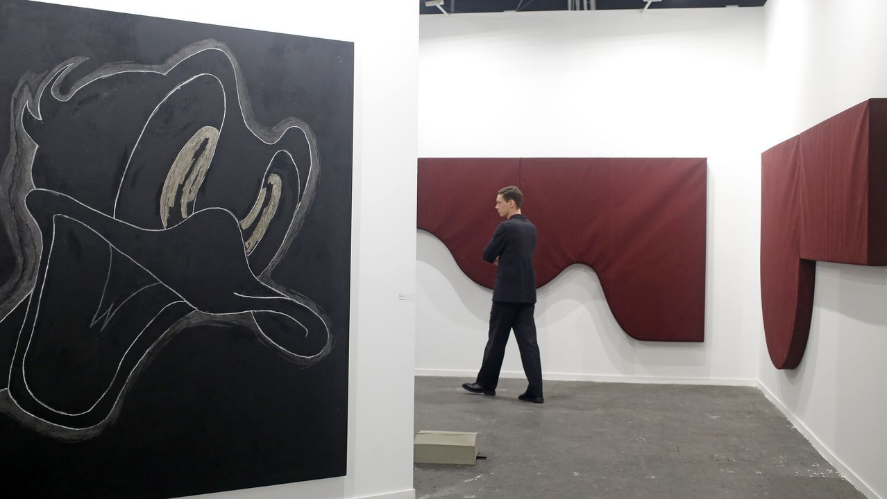 En primer plano  Donald Duck  de Willian Anastasi, al fondo dos magníficas obras textiles de Franz Erhard Walther en la galería parisina Jocelyn Wolff