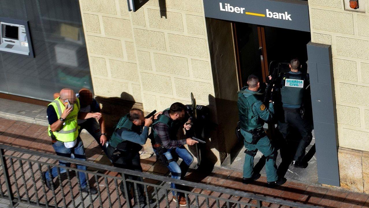 Las imágenes del atraco de Cangas de Onís.n atracador se ha suicidado tras protagonizar un robo con rehenes en una sucursal bancaria de Cangas de Onís