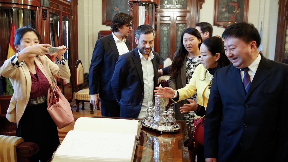 El alcalde recibe en el salón de plenos a una delegación de Yantian