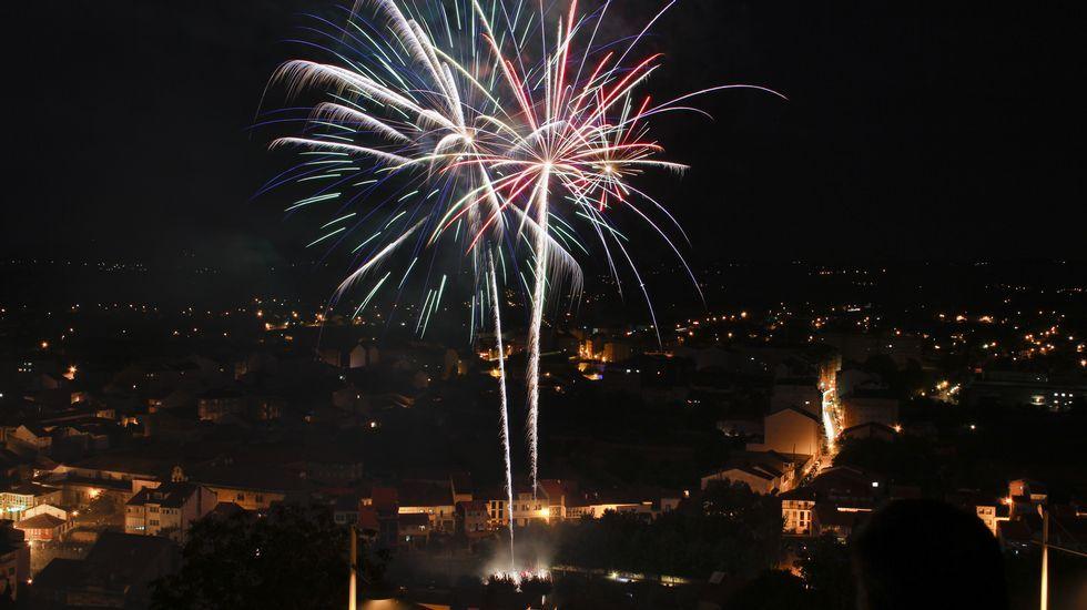 Los tradicionales fuegos del río cerraron las fiestas de Monforte.Melendi en La Voz