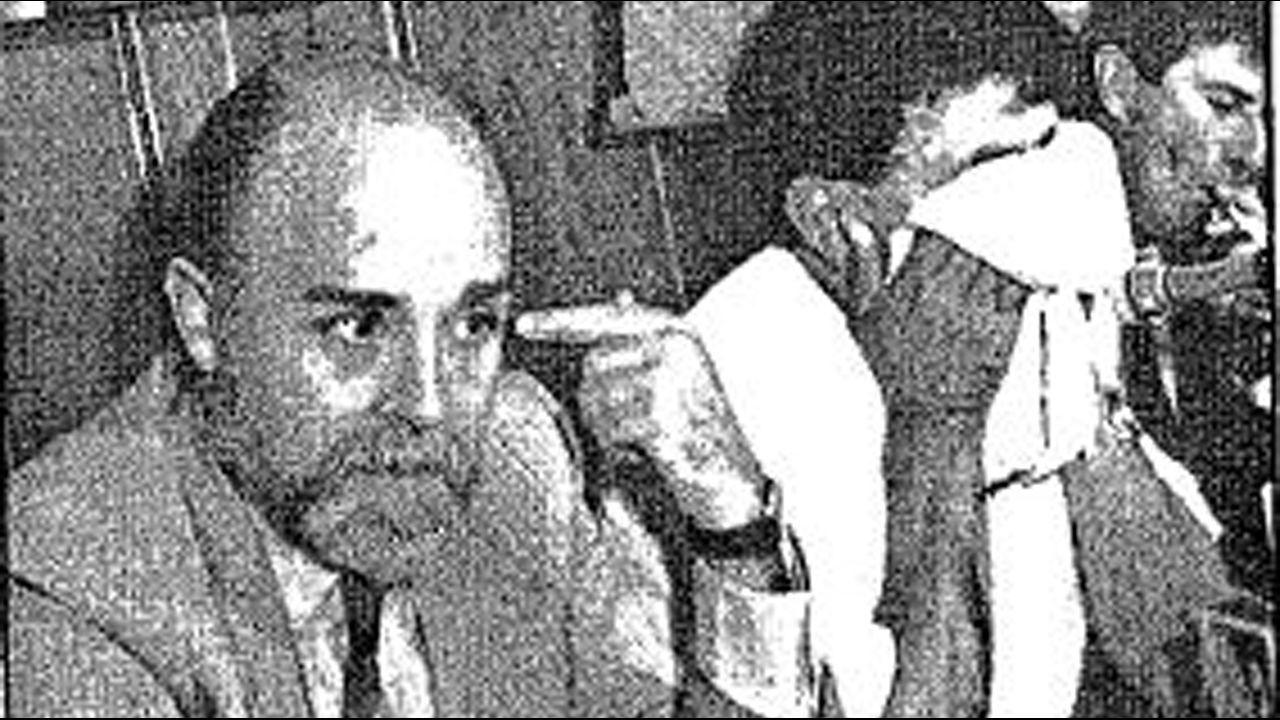 Cangas se defiende de la invasión turca.Marcos García tunea las gaitas al gusto del cliente: en la imagen, posa con una de las suyas, forrada con una tela de calaveras