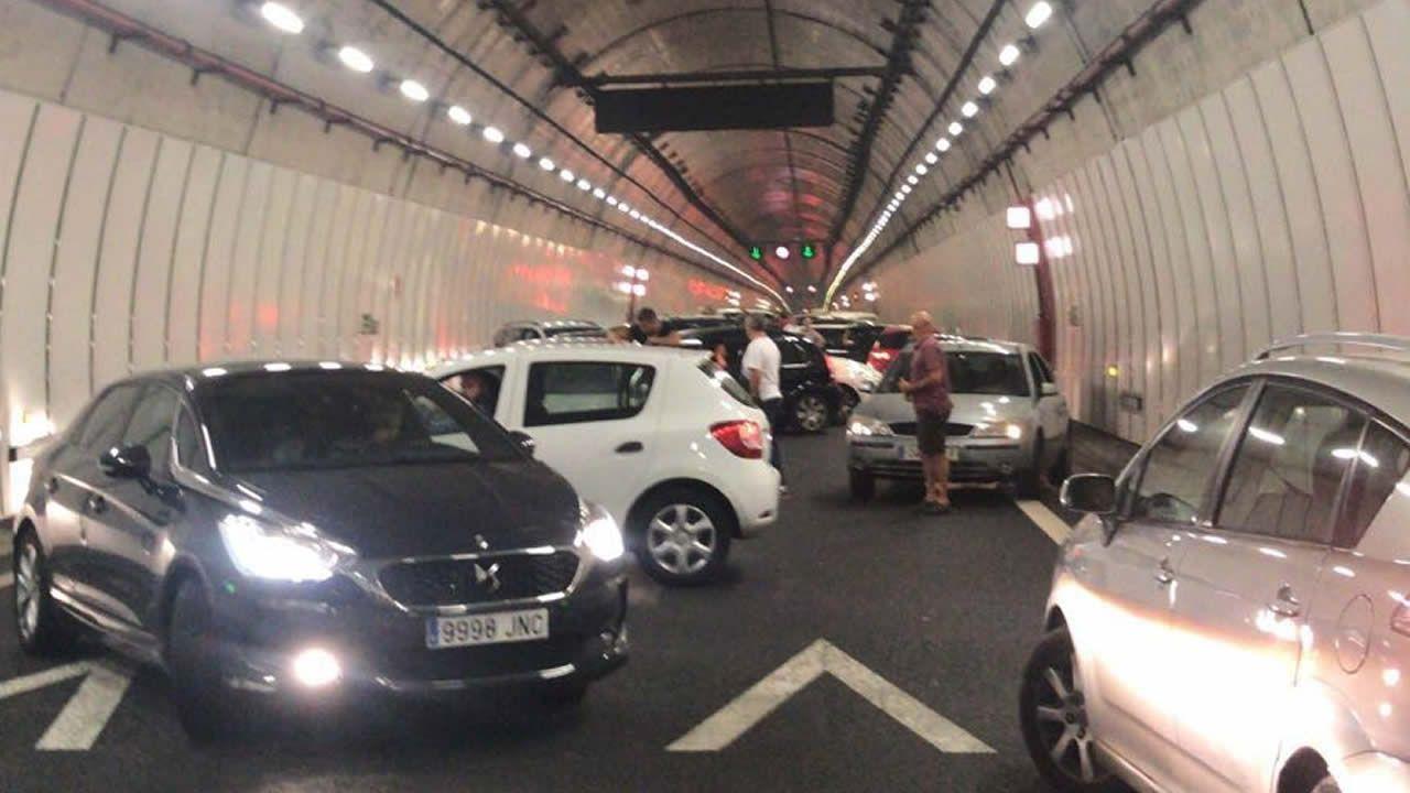 Jornada de vigilia naranja en Vigo.Coches atrapados en el interior del túnel de O Folgoso
