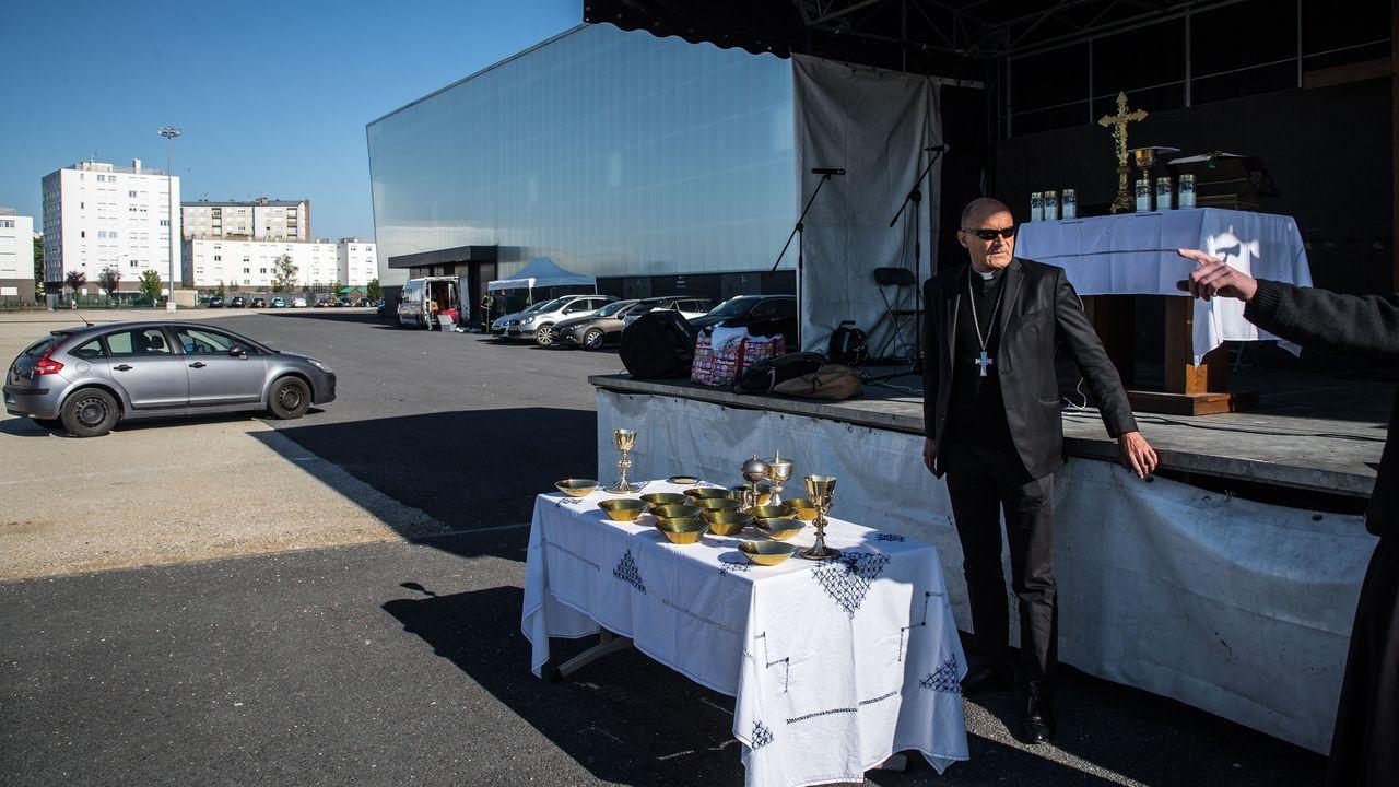 En Chalons-en-champagne, en Francia, han apostado por celebrar misa en una explanada, echando mano de un escenario móvil