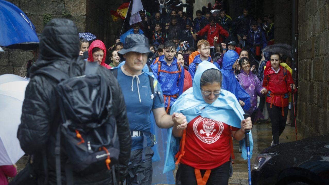 alcoa domingo.Turistas en las inmediaciones de la Catedral de Santiago