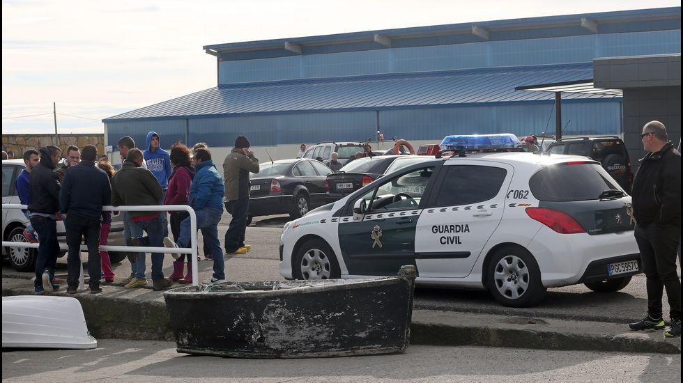 La guardia civil inspecciona el caballaje de los motores en el puerto de Aguiño