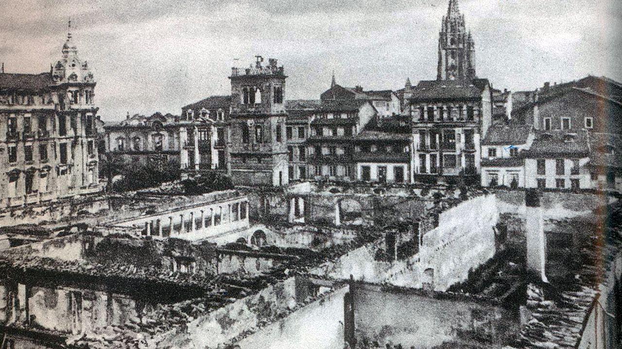 Un Oviedo apocalíptico.El avilesino Marcelo Álvarez equipado con su ropa de trabajo
