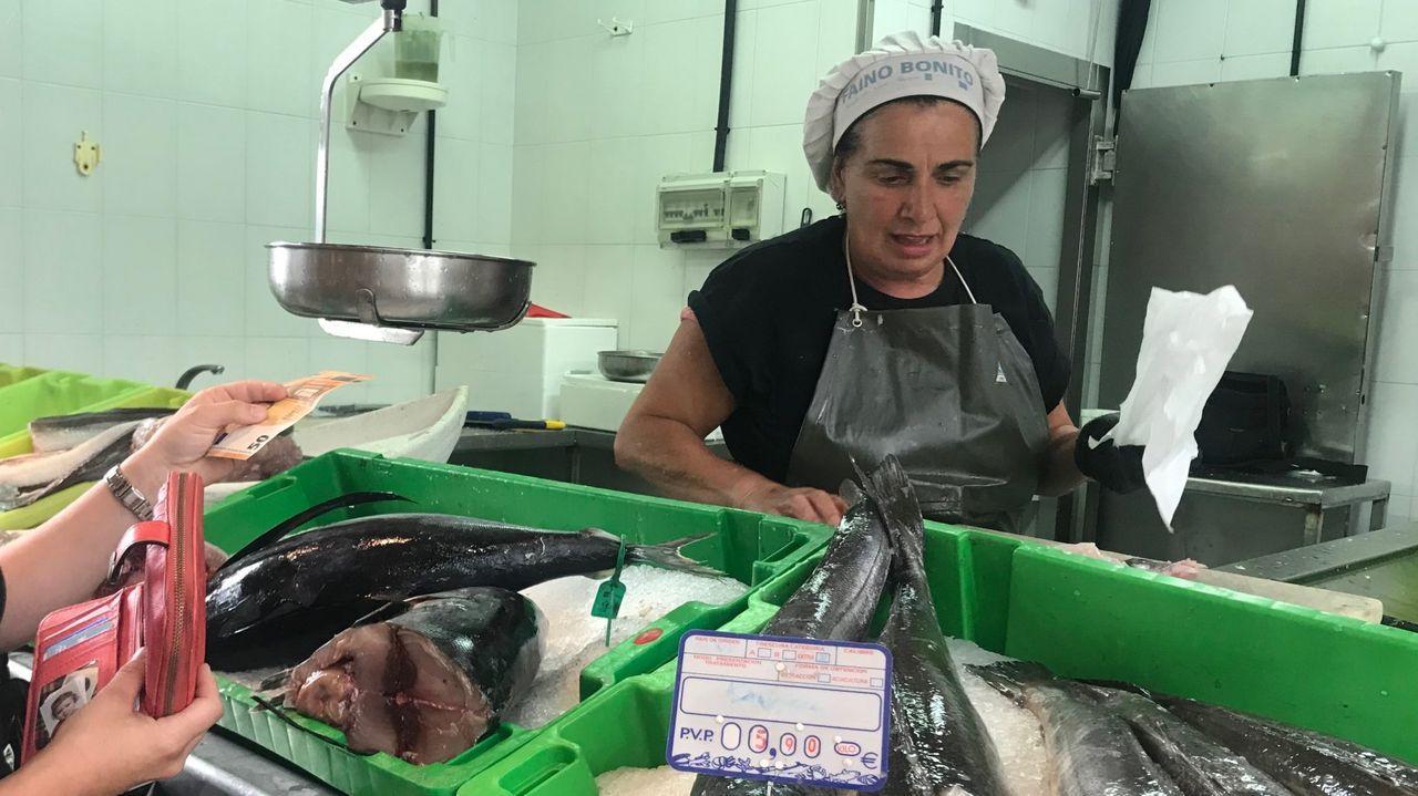 Ramona Ramil, en Peixes As Monxas, en una imagen de archivo de su pescadería en la plaza de abastos de Viveiro