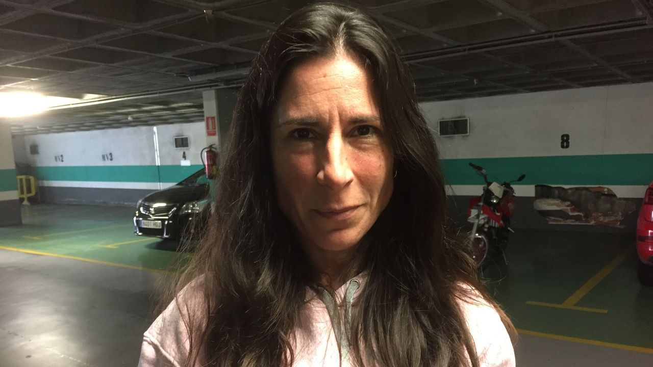 Raquel Armesto (vecina de Oleiros): «Deberían arreglarlo porque un párking debe tener un mantenimiento»