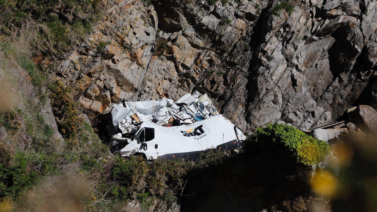 Logran retirar con una grúa la furgoneta que cayó por un acantilado en O Vicedo