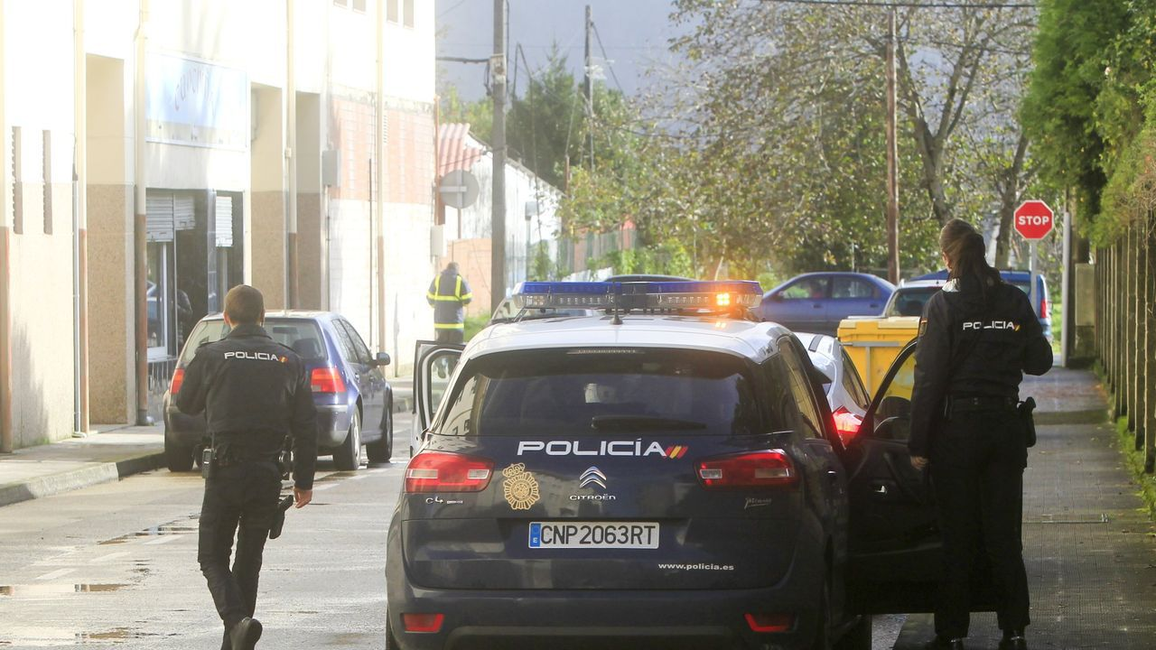 Así hay que renovar el DNI en plena desescalada.Vecinos desalojados del bloque La Estrella, en Gijón, por un incendio