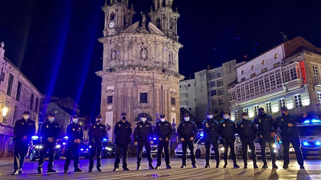 La Policía Local se vio superada para disuadir a centenares de personas bebiendo en la calle.Vista de un control de la Guardia Civil a la entrada de Oviedo