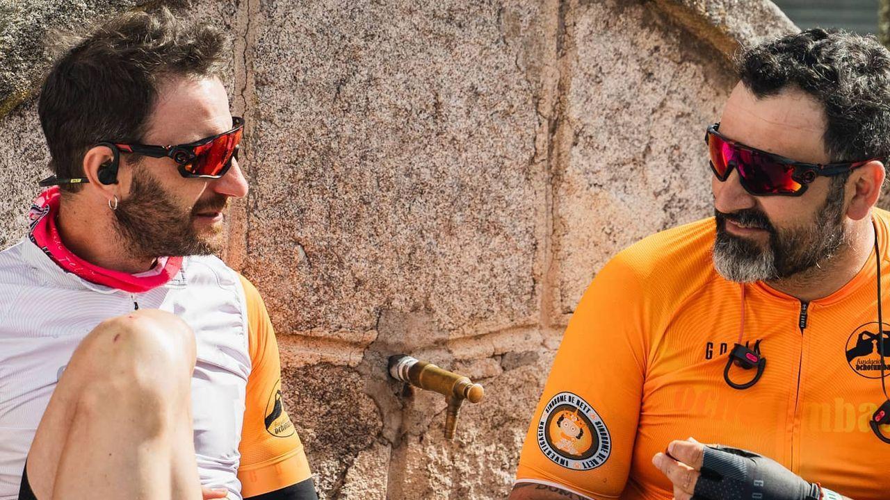 El actor malagueño Dani Rovira, a la izquierda, junto a uno de sus compañeros en la ruta ciclista