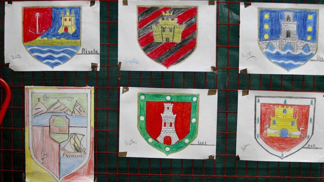 El escudo de Vilagarcía cuelga junto con otros