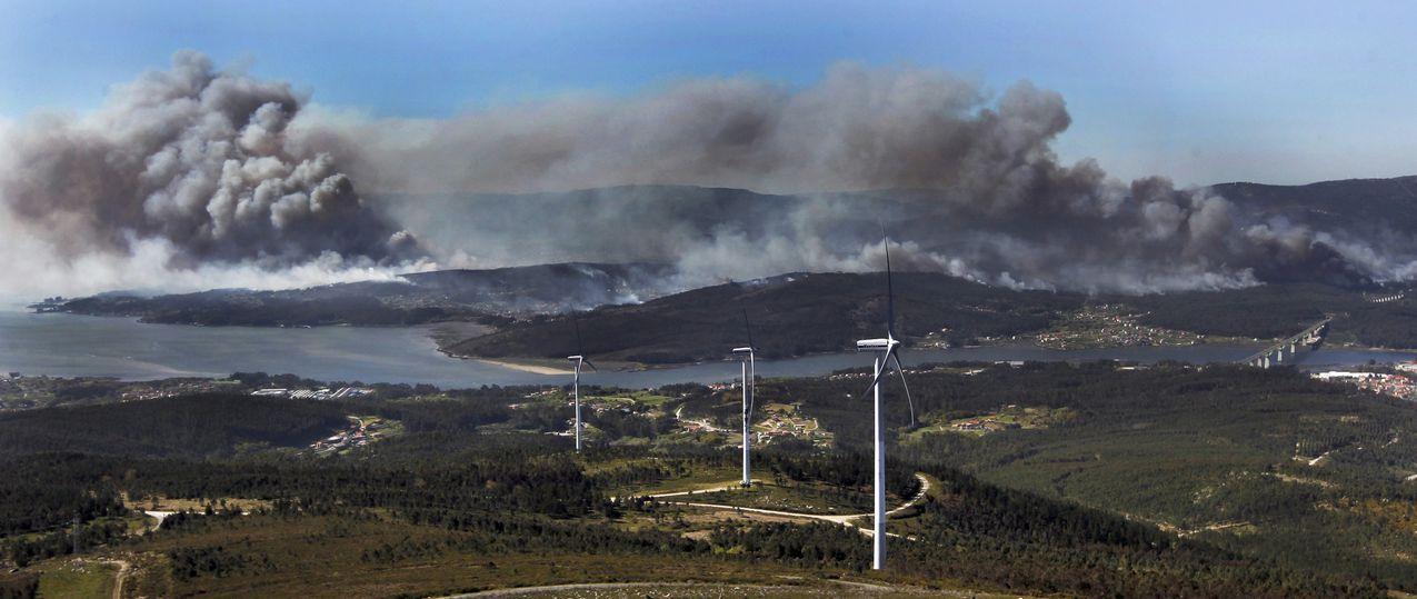 Vista desde el monte Xiabre, en Arousa, del incendio de 850 hectáreas de monte en Rianxo