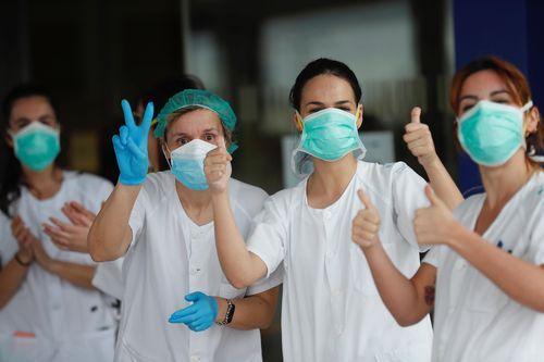 Un grupo de sanitarios de Urgencias del Hospital Universitario Central de Asturias (HUCA) agradecen las muestras de reconocimiento diario a su labor, en Oviedo.
