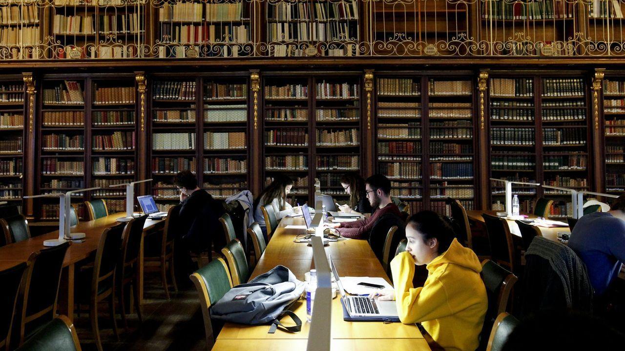 Estudiantes en la biblioteca de Xeografía e Historia, en Santiago