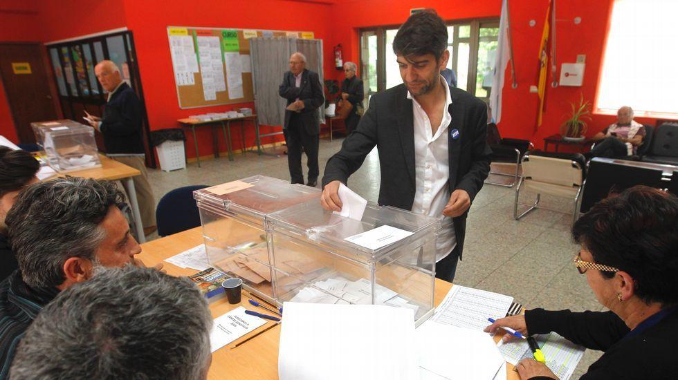 El alcalde de Ferrol, Jorge Suárez, vota en el colegio Juan de Lángara