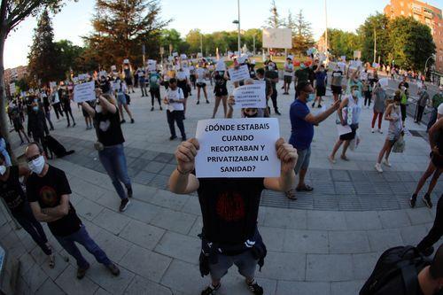 En el lugar coincidieron una manifestación a favor de la sanidad pública, por una parte, con la cacerolada contra el Gobierno de Pedro Sánchez, por otro.