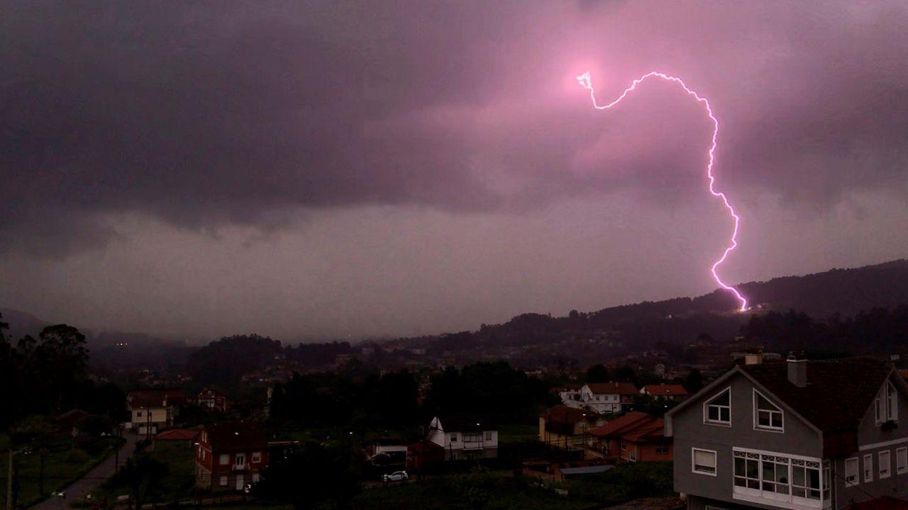Vista de un rayo durante una tormenta eléctrica, ayer sábado en Pontevedra