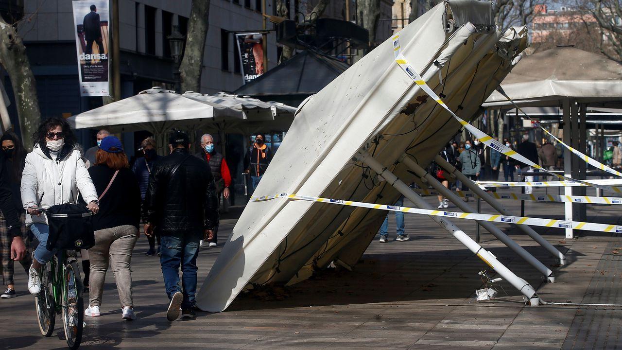 Sombrillas dañadas en las Ramblas de Barcelona durante los disturbios causados por las protestas desencadenadas tras el encarcelamiento del rapero Pablo Hasél