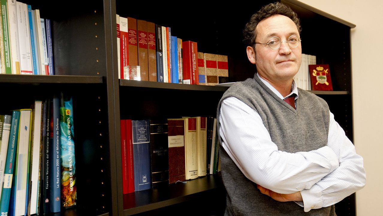 El fiscal de Medio Ambiente de Galicia en su despacho de Santiago