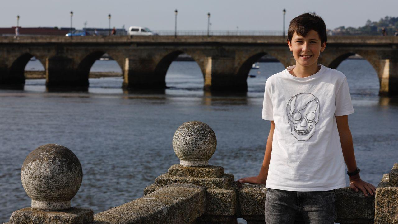 Dani Villarmea Fernández, de 12 años, en los jardines de Viveiro, el lugar del que teme tener que emigrar si Alcoa cierra y su padre se queda sin trabajo