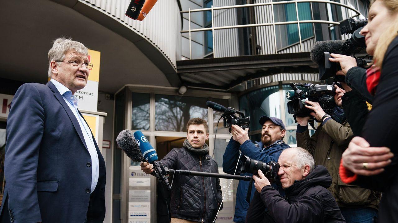 Jörg Meuthen, uno de los fundadores de AfD, atiende a la prensa