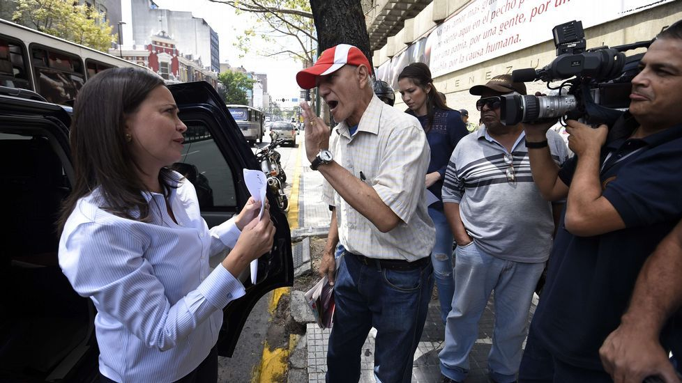 Túnez se echa a la calle.Margallo, Feijoo y Espinosa de los Monteros, ayer en Santiago en el foro Marca España.