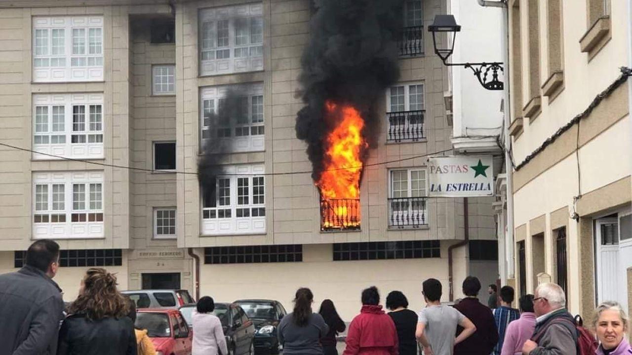 Incendio en Betanzos.MAREAS VIVAS INUNDAN DE NUEVO EL PASEO DEL MALECON EN BETANZOS.