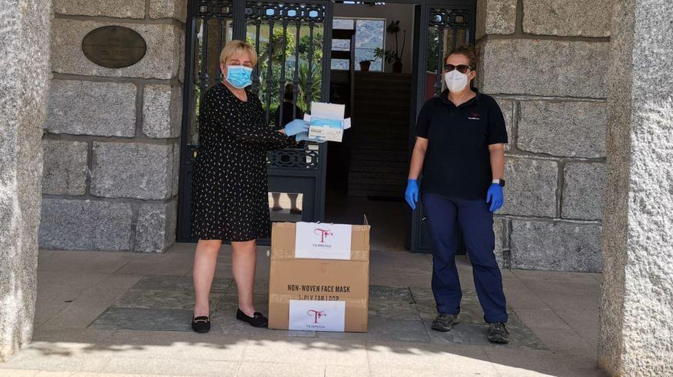 La alcaldesa, Raquel Bautista, recibe la donación de la bodega Terriña de mano de su enóloga, Lucía Carballeira