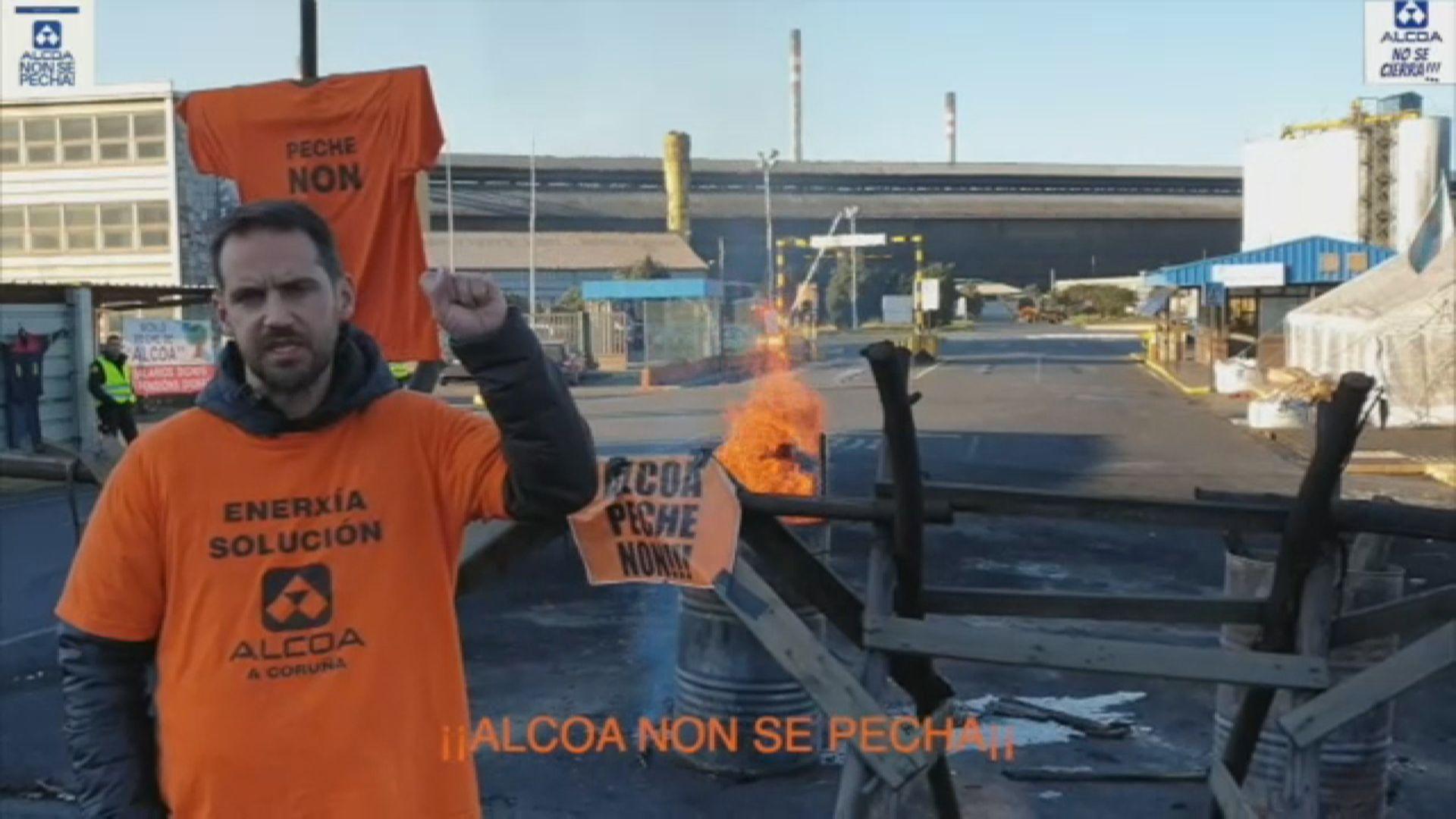 Empleados de Alcoa llaman a los trabajadores españoles a apoyar sus reivindicaciones ante Industria.Trabajadores de Alcoa durante la asamblea celebrada en Avilés donde los representantes de los empleados de la planta asturiana y de la A Coruña