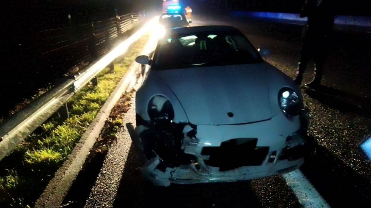 Un Porsche queda destrozado tras embestir a tres jabalíes.Jabalí muerto que provocó un accidente en la autovía del Barbanza