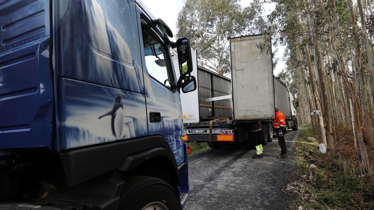 Un camión toma una dirección equivocada y acaba atrapado en una pista de Xove.Imagen de archivo de una edición anterior de la Festa do Lacón en Xove