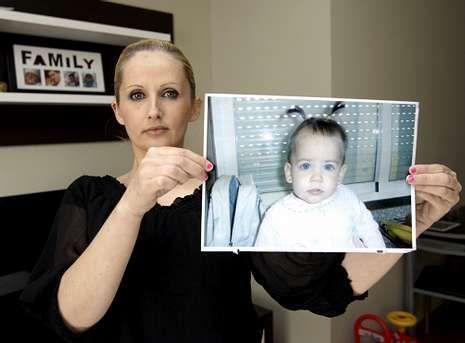 Ana Vanessa sostiene una foto de su chiquilla a la que no ve desde hace más de un año.