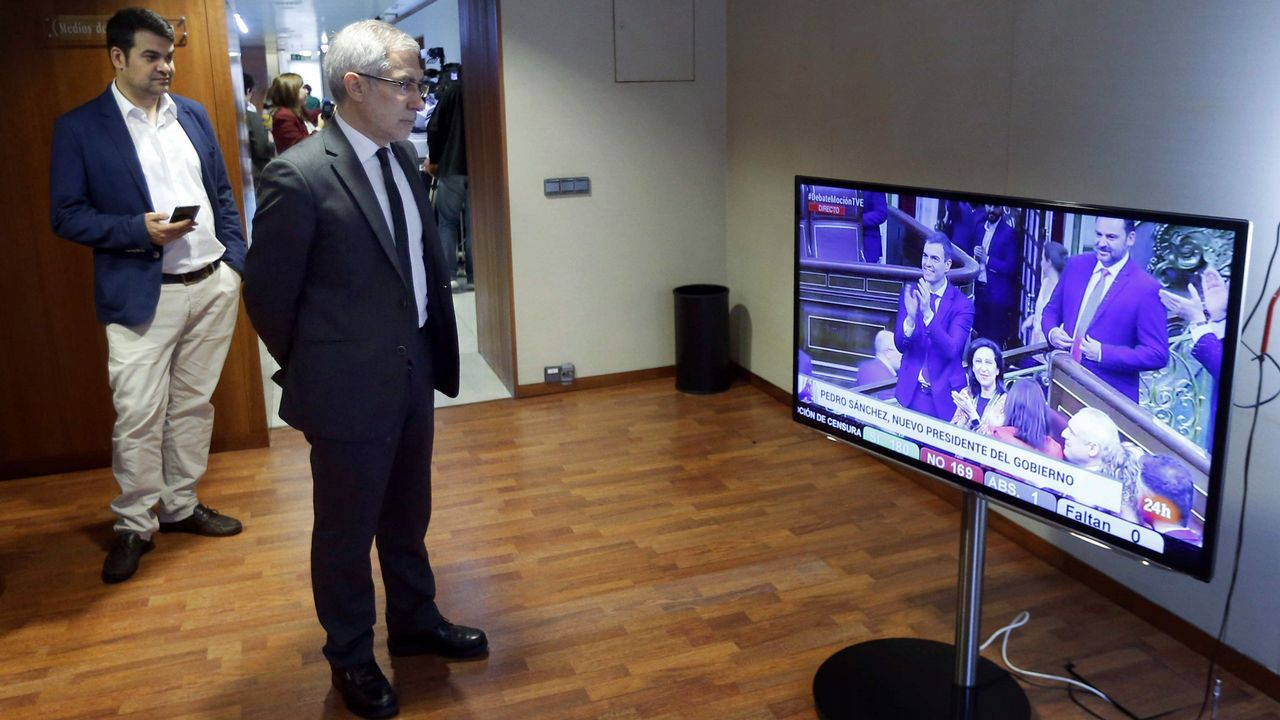 Nino Torre y Gaspar Llamazares contemplan el resultado de la votación de la moción de censura por televisión